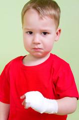 Kleiner Junge mit Verband