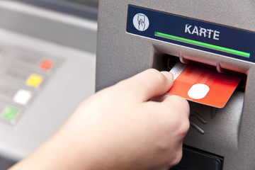 Geldautomat - Geld abheben mit einer Bankkarte