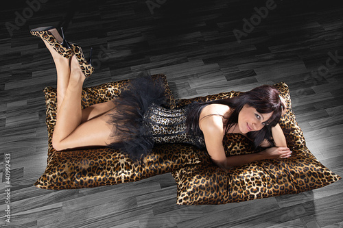 Hübsche Frau in sexy Unterwäsche am Boden liegend
