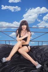 Hübsche Frau im Bett über den Wolken erwischt