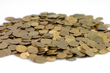 Stosik monet na białym tle