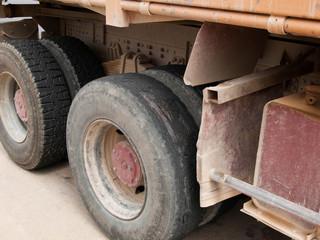 LKW mit abgefahrenen Reifen