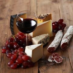 Rotwein mit Käse und Salami