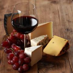 Rotwein mit verschiedenen Käsesorten