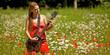 Mädchen spielt Gitarre auf Feld