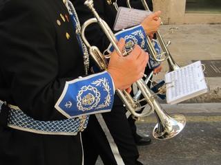 Banda de música en la calle, trompetistas.