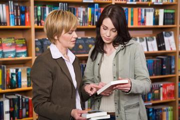 Beratung in einer Buchhandlung