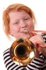 Junges Mädchen spielt Posaune
