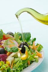 Insalata di verdure fresche con olio , closeup