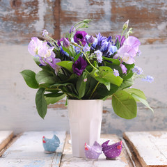 bouquet de fleurs bleues et poules de pâques