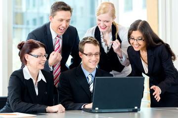 Business - Besprechung von Geschäftsleuten im Büro