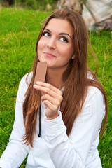 Chica comiendo chocolate mirando arriba