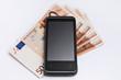 Smartphone mit 50-Euro-Scheinen