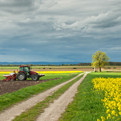Land Arbeit Traktor Gewitter