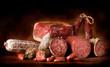 Salami e prosciutto con sfondo scuro