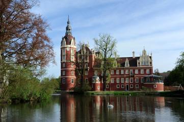 Bad Muskau Schloss im Fürst Pückler Park mit Schwan