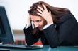 verzweifelte geschäftsfrau am computer