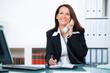 erfolgreiche anwältin führt freundliches telefongespräch