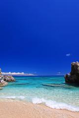 沖縄の透明なサンゴの海と紺碧の空