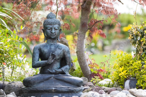buddha figur im garten von arochau lizenzfreies foto. Black Bedroom Furniture Sets. Home Design Ideas