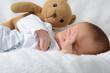 Kleiner Junge am aufwachen