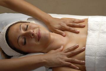 Joven mujer recibiendo un masaje en un spa.