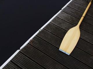 Paddel auf Holzsteg