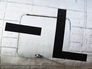 Buchstabe L auf altem Flugzeugrumpf