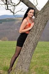 femme avec un arbre