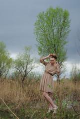 красивая девушка в поле в дождь