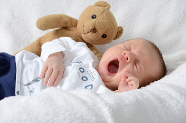Neugeborenes Baby gähnt