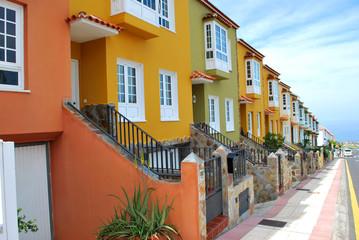 Bunte Häuserstraße zum Ozean (Kanaren)
