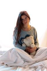 Frau mit Teddybär