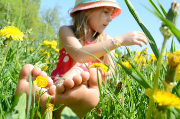 Mädchen beim Blumen pflücken