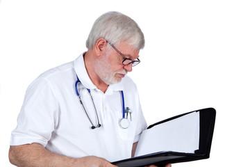 Arzt liest einen Bericht