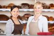 zwei verkäuferinnen in der bäckerei
