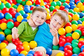 dwaj chłopcy w kulkach 5