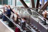 Reisende auf der Rolltreppe