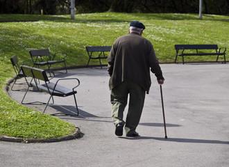 Anciano paseando por el parque