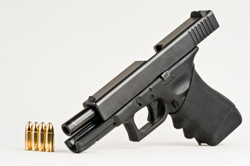 Pistole repetiert mit Munition