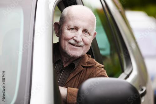 senior im auto - 41157440