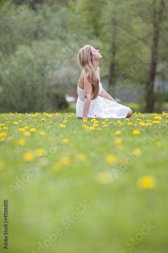 Verträumte hübsche Frau im Park