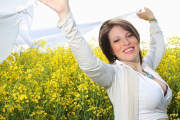 ragazza con velo in campo di fiori