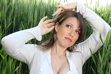 donna in campo di spighe