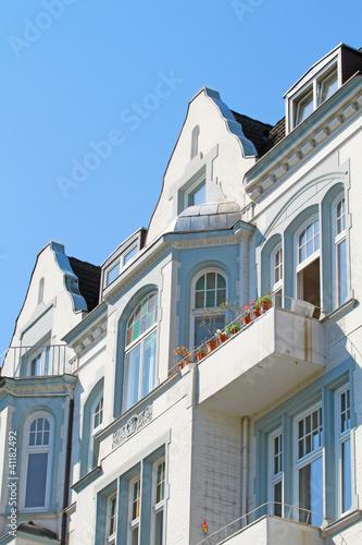 Wohnhaus mit Buntglasfenstern
