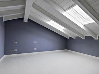 stanza vuota con pareti colorate di viola nel sottotetto