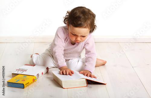 Kleinkind schaut ein Lexikon an