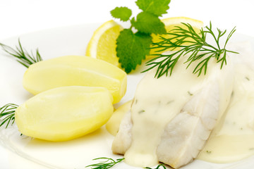 Seelachsfilet mit Dillsauce und Salzkartoffeln