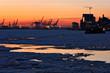 Sonnenuntergang im Hamburger Hafen im Winter