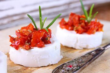 Frischkäse mit marinierten Tomaten und Rosmarin